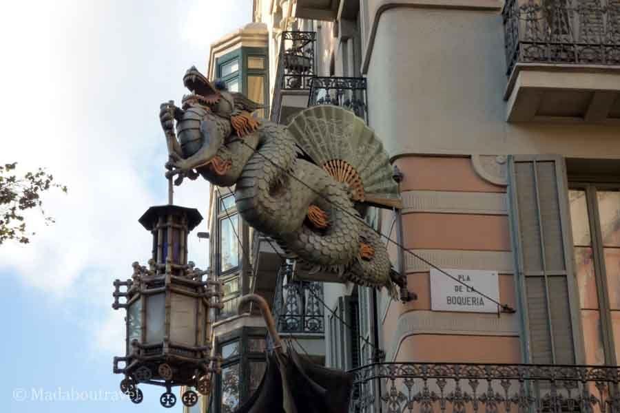 Dragón chino en la Casa de los Paraguas de Barcelona