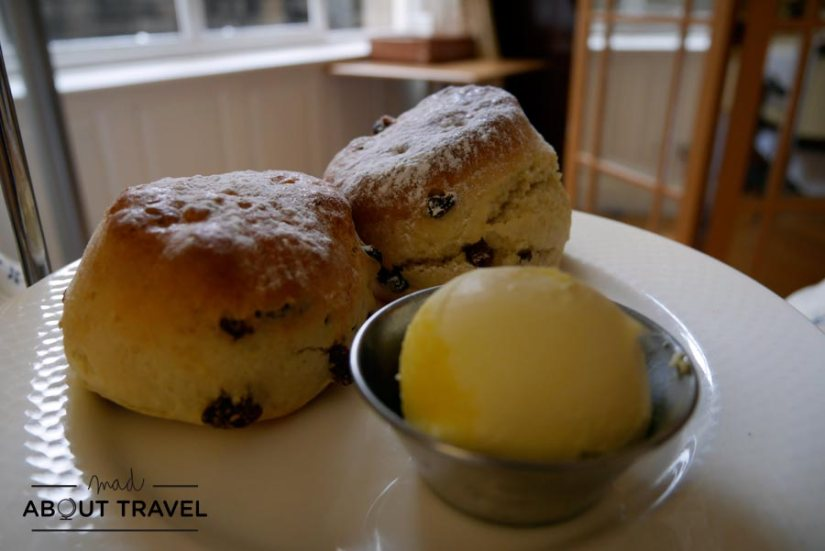 Scones y clotted cream en el Hotel Scotsman