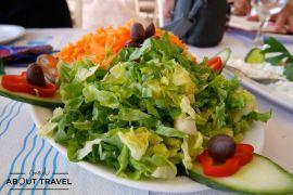 Comida griega en la playa de Maratón