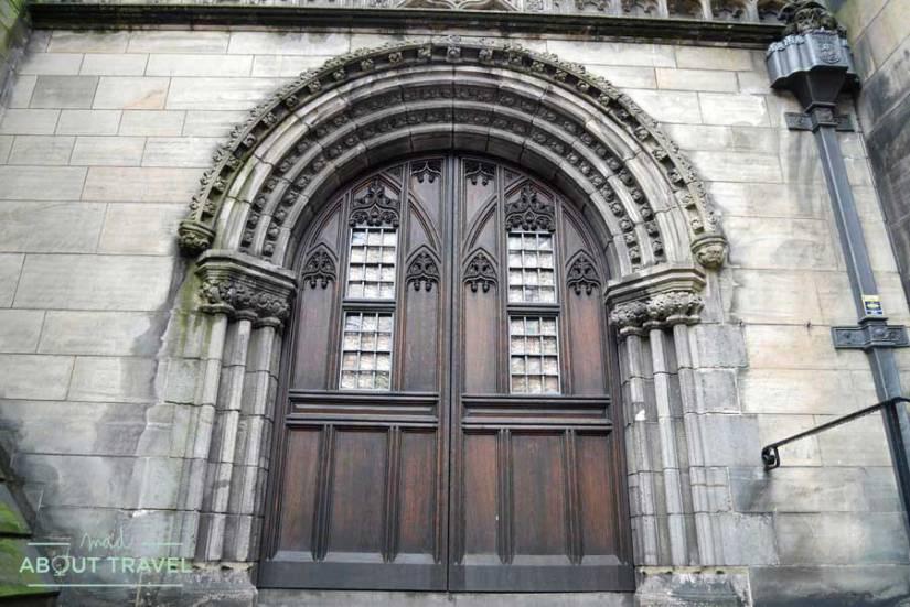 Tour Outlander Puerta de la catedral de St Giles en Edimburgo
