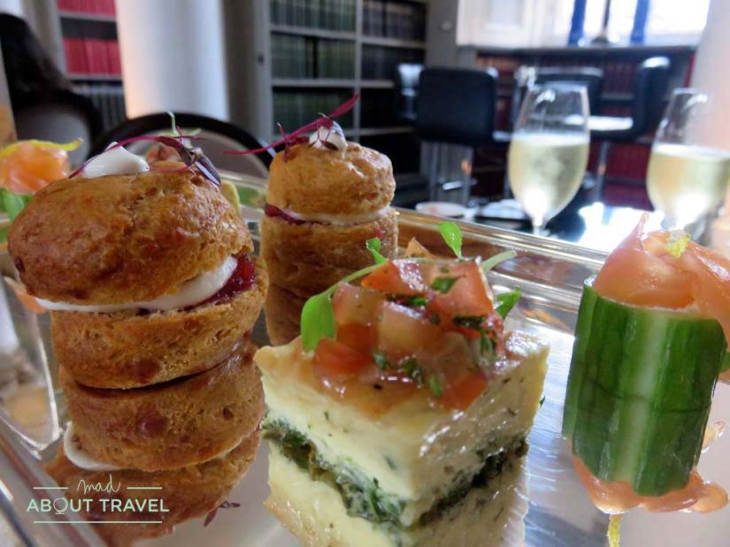 Selección de delicias saladas del afternoon tea en la Signet Library