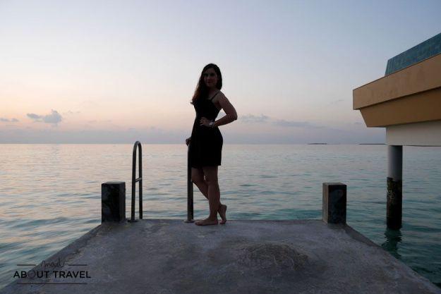 atardecer en las ocean villas del hotel angsana velavaru en maldivas