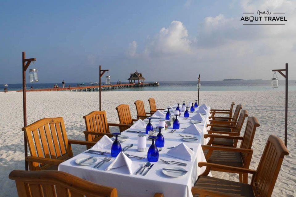 cena en la playa en el resort banyan tree vabbinfaru de maldivas