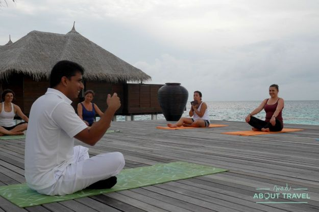 yoga al atardecer en maldivas