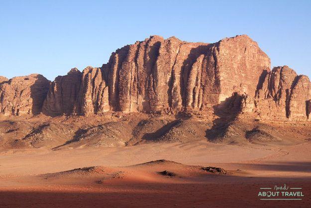 amanecer en el desierto del wadi rum en jordania