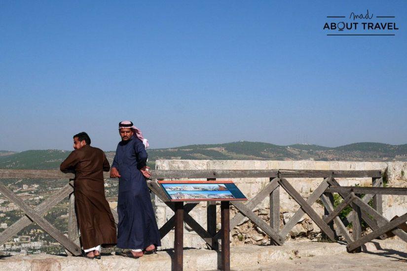 beduinos en el castillo de ajloun en jordania