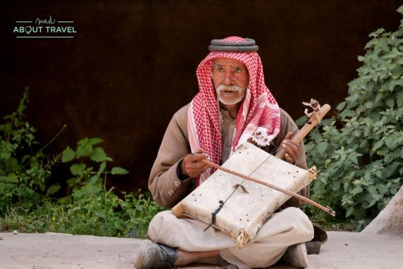 beduino tocando un instrumento en la pequeña petra