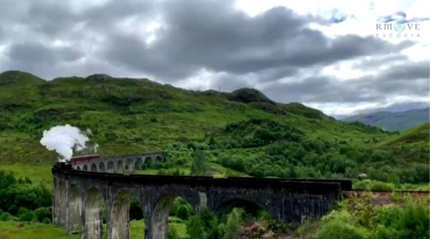 El Hogwarts Express llevando a los alumnos de Hogwarts. Glenfinnan