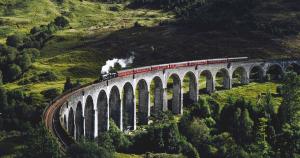 tren jacobita a su paso por el viaducto de Glenfinnan