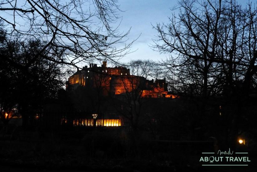 El castillo de Edimburgo por la noche visto desde el cementerio de Greyfriars
