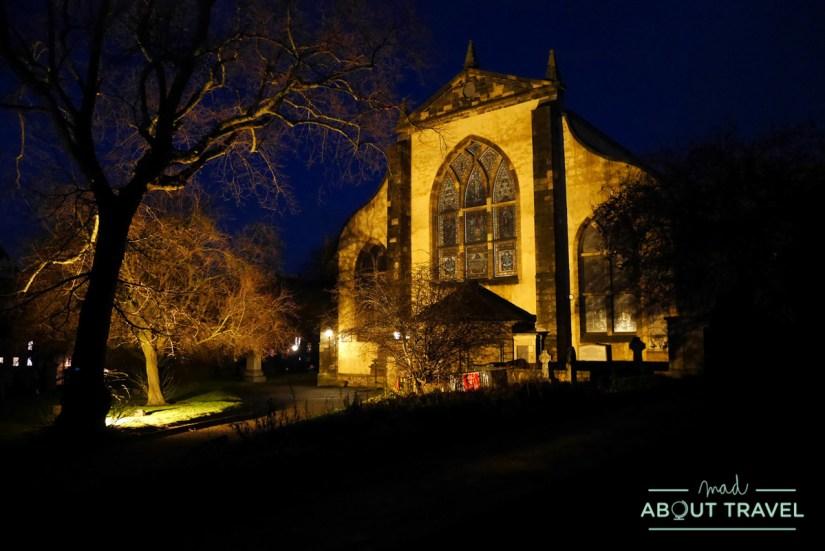 cementerio de Greyfriars en Edimburgo por la noche