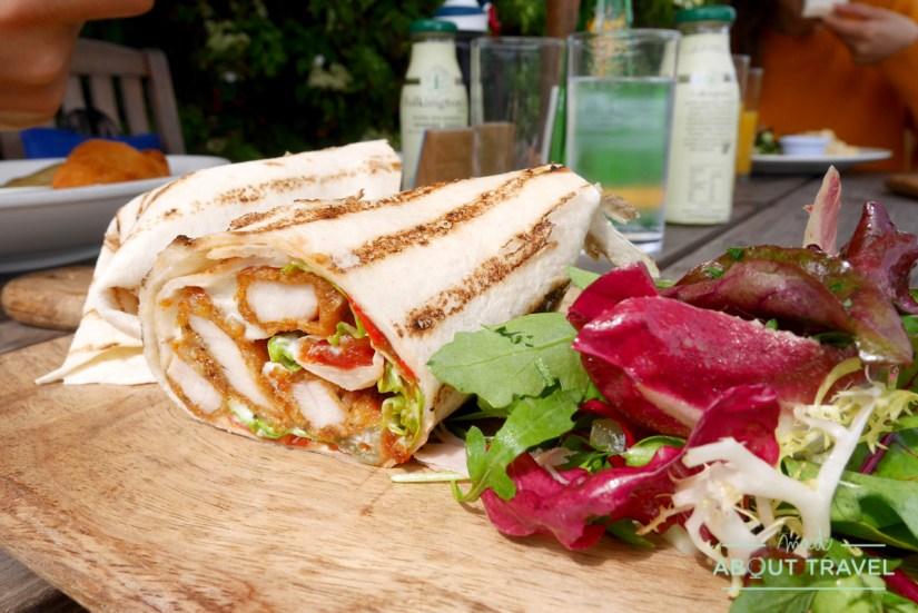 comida en el Terrace Cafe en el castillo de Floors