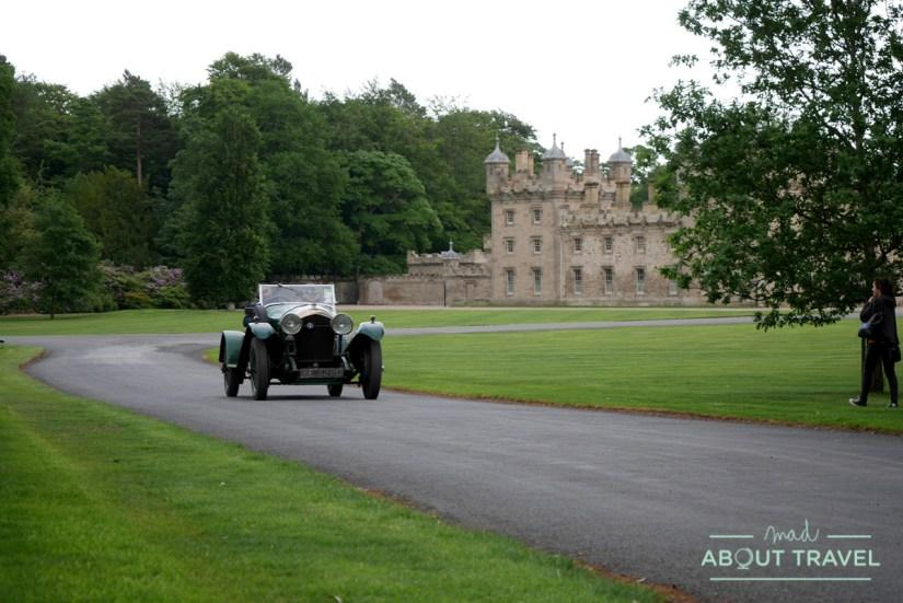 Bentley clásico en el castillo de Floors