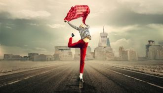 Femme joyeuse qui saute
