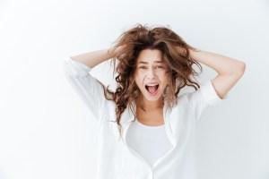 Femme s'arrachant les cheveux