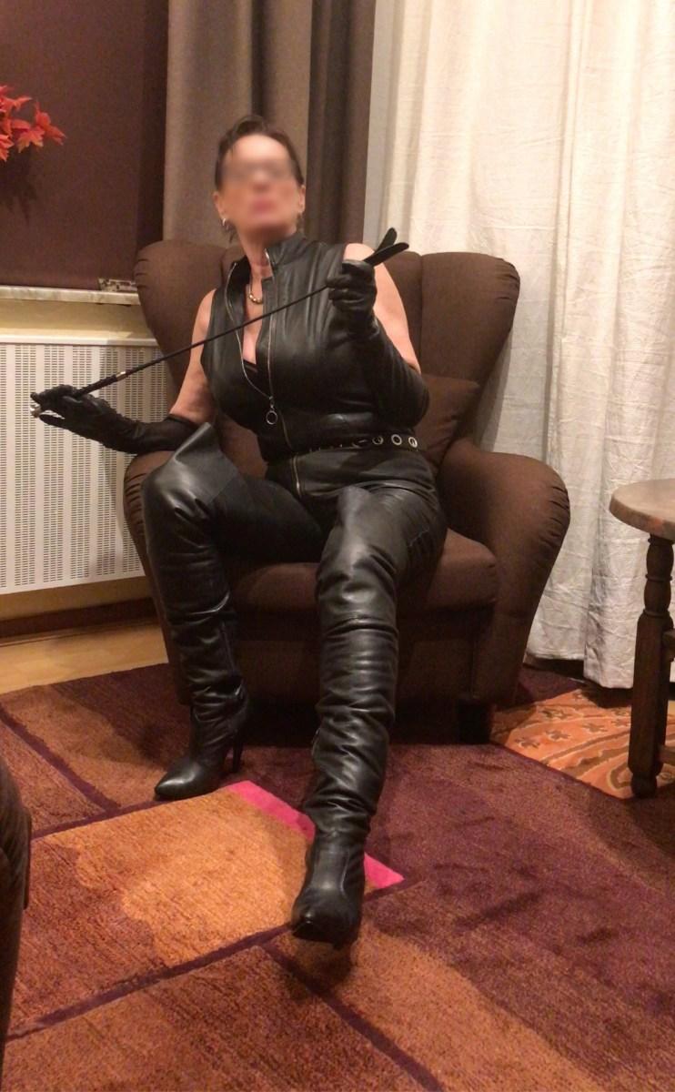 Domina Duisburg NRW Ruhrgebiet Ledercatsuit Catsuit Leder Peitsche Erziehung Bestrafung Lederweste Lederhandschuhe Lederstiefel