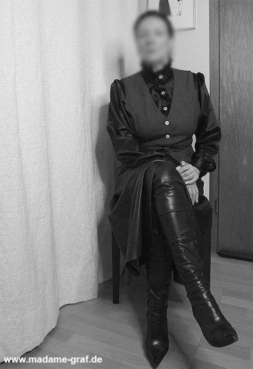 Gouvernante Mami Lehrerin Tante Domina Duisburg NRW Ruhrgebiet Peitsche Erziehung Bestrafung High Heels Bluse satin Lederrock Korsett