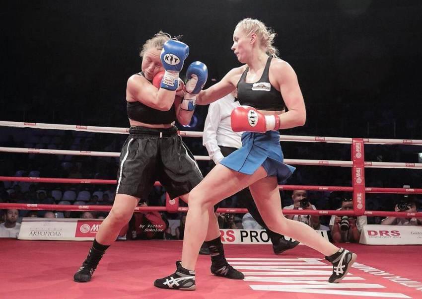 Svetlana Kulakova fighting in the boxing ring