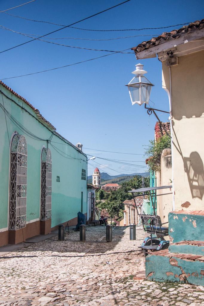 Blog Madame Voyage à Cuba, dans les rues de Trinidad, vue des montagnes au loin