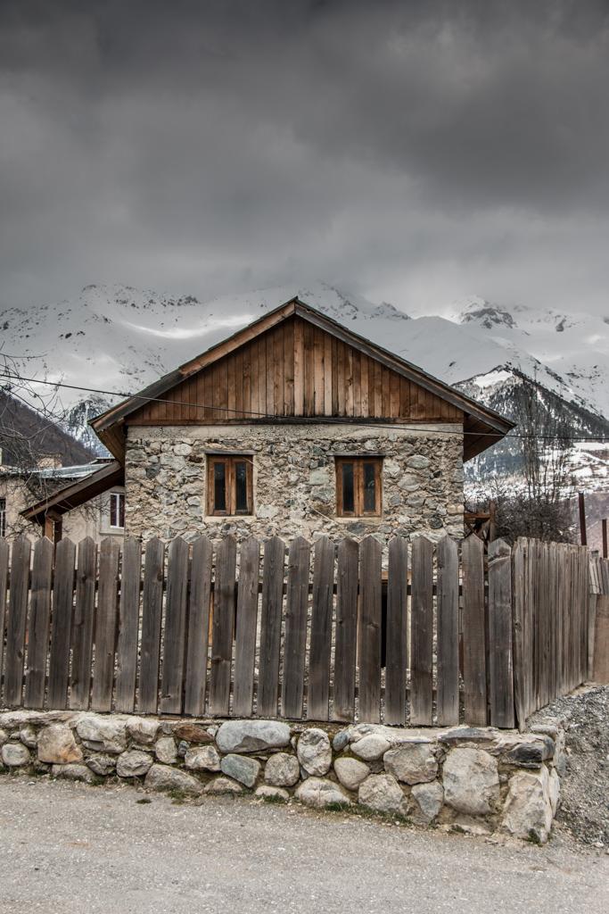 les maisons en bois typiques a mestia en svanetie en georgie