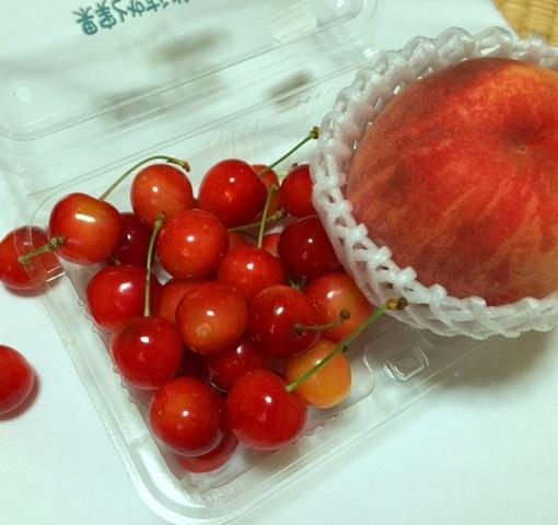 Buah yang musim di summer kali yang bisa dibeli dengan harga reasonable adalah Cherry dan peach. Manis sih tapi anak anak ga doyan :D