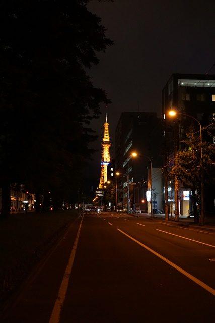 Dalam perjalanan pulang dari station ke apartemen kami pasti melewati pemandangan Sapporo Tower ini. Pulangnya di kisaran jam 8-10 malem lah :D