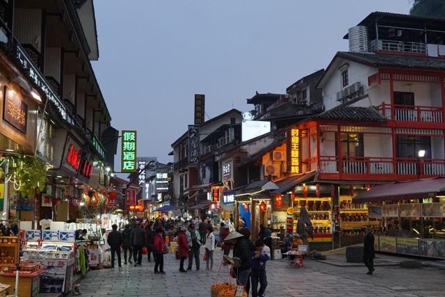 West Street ramenya pas malem, semakin malam musik semakin kencang dan hiruk pikuknya Cina semakin berisik :D