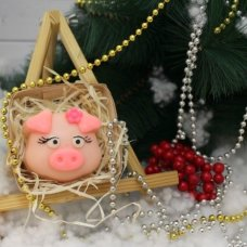 Свинка с цветочком в корзинке
