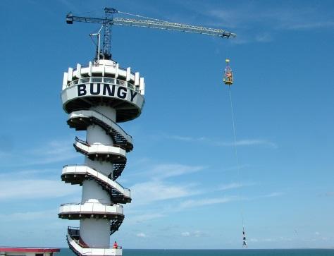 Bungee jumping, Pier Scheveningen. Auteur Ziko.