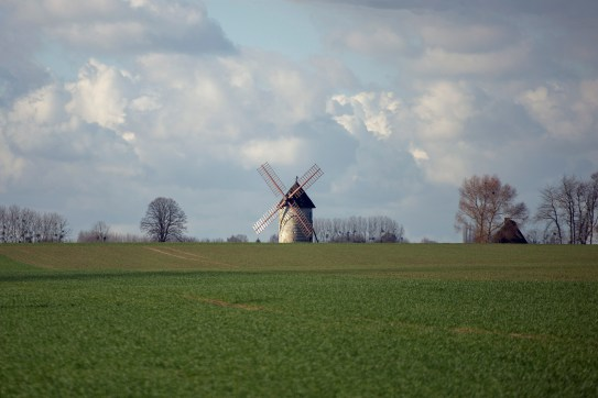 A windmill captured through the car window on our way to Étretat.