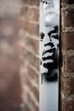 Graffiti on a downpipe, Au Pèrî