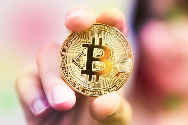 手で握る仮想通貨ビットコイン