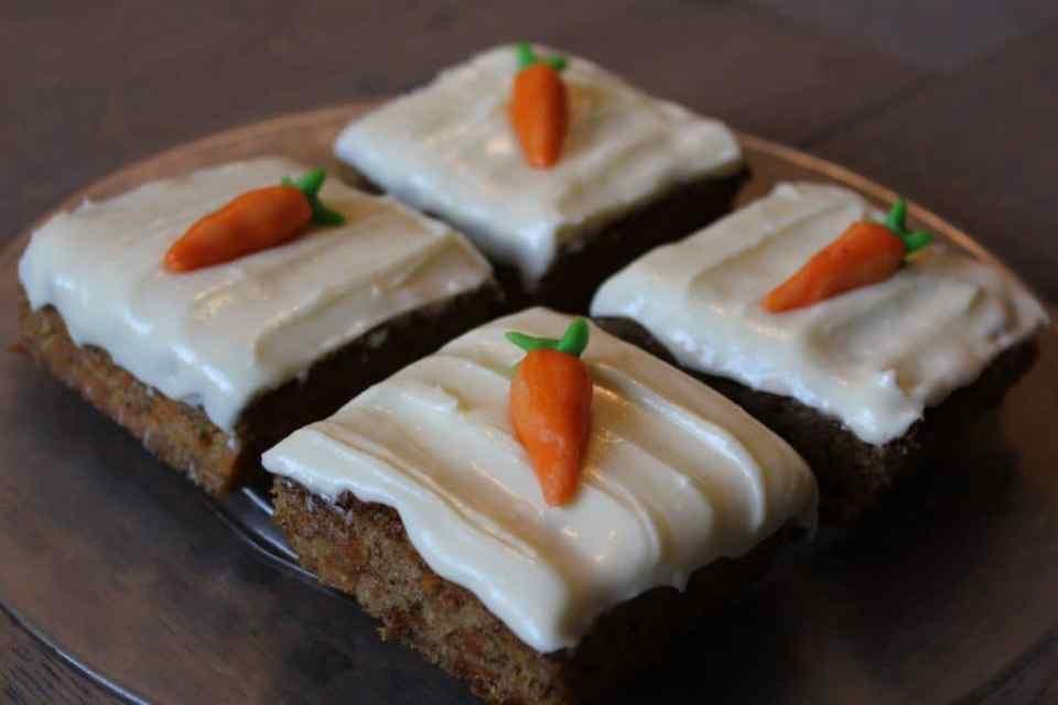 himmelsk saftig gulrot kake med osteglasur og pynt