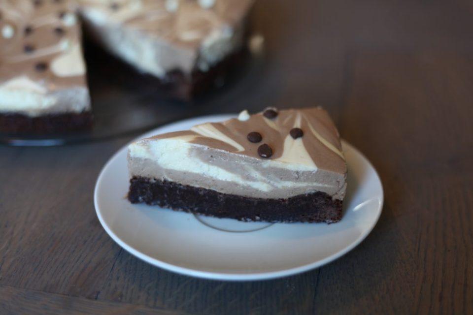 ett kakestykke av sjokolade ostekake med brownie