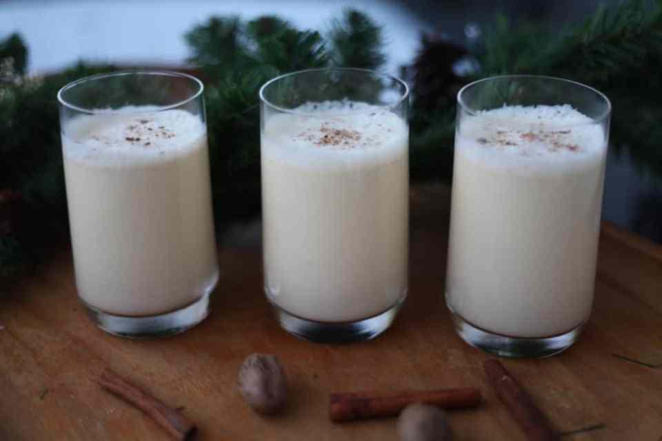 tre glass med eggnog