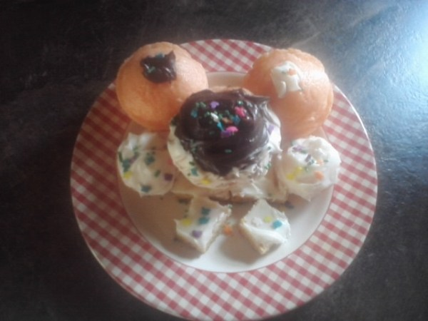 Michelle Hs plate of cupcakes
