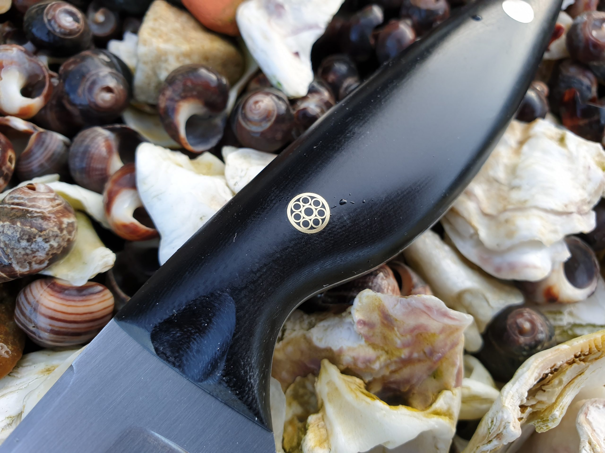 Many Emergo Designs Oyster knives have a ''zeeuwse knop'' or ''knoop'' as a decorative feature,