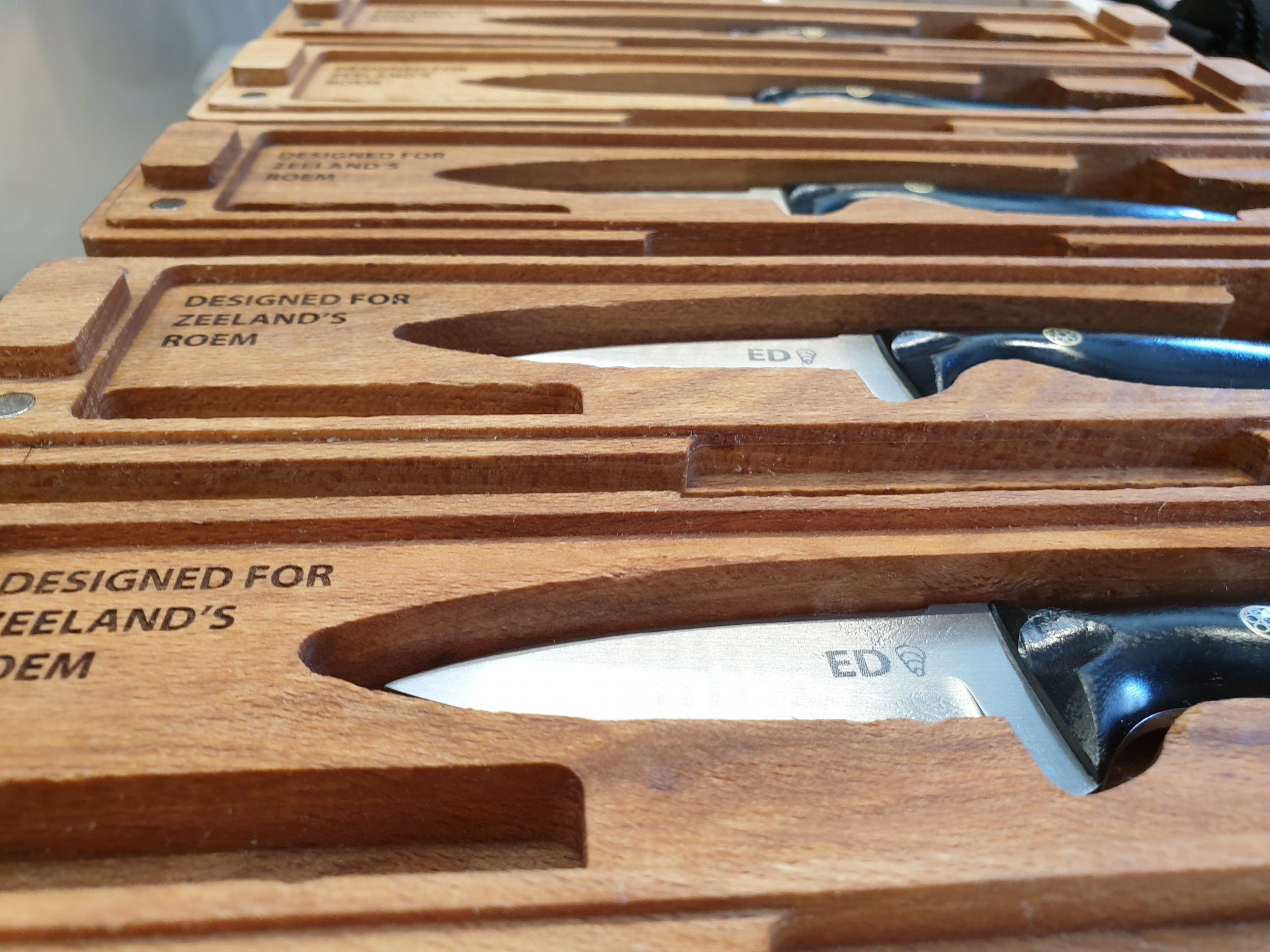 The cases and knives for the Pearl oyster knife series for Zeeland's Roem