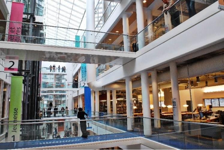 Les passerelles à l'intérieur de l'atrium