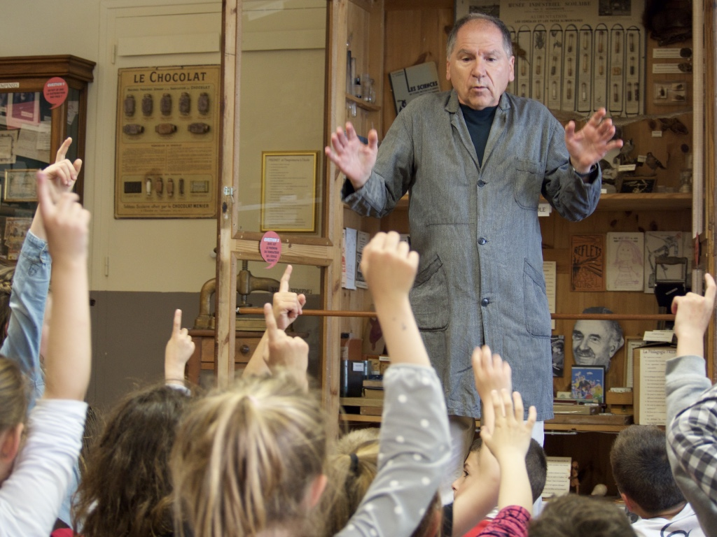 les enfants au musée de l'école