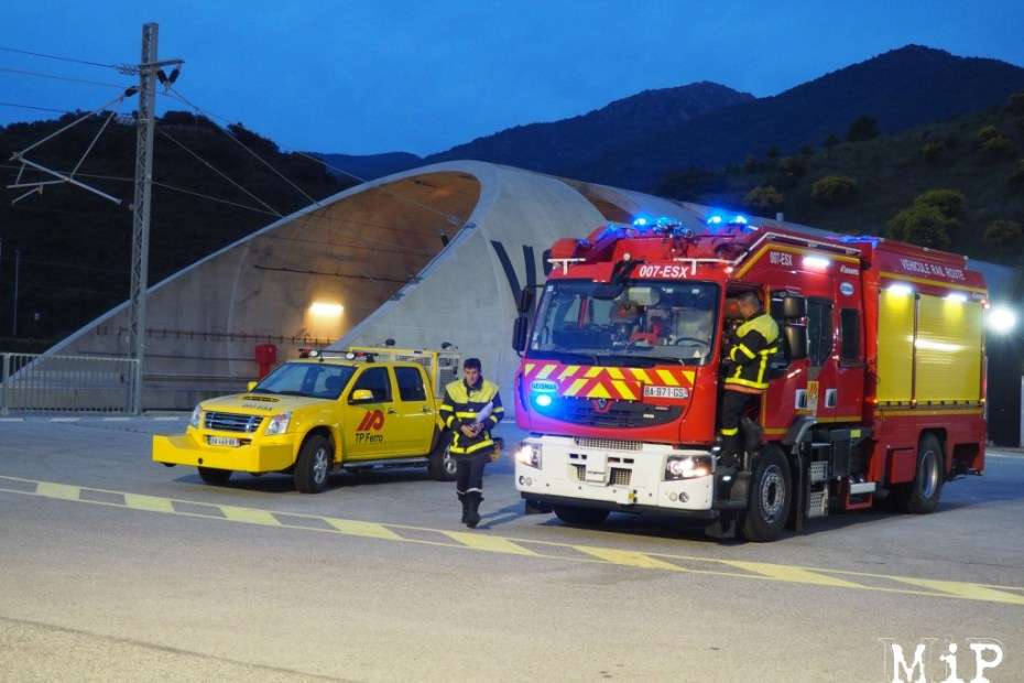 Pompiers devant le tunnel