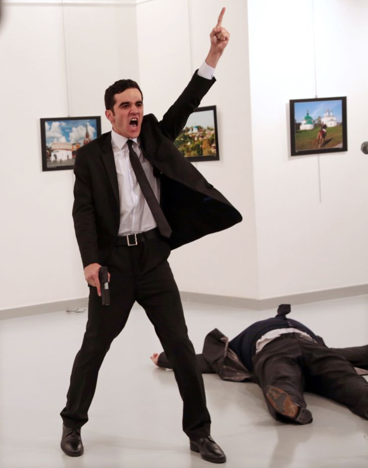 Burhan Ozbilici - Le photojournaliste turc remporte le titre de photo de l'année avec son image de l'assasinat de l'ambassadeur russe à Ankara en décembre 2016