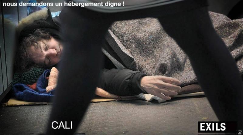 Cali pose dans les cartons d'un SDF pour Marc Melki – Objectif : dénoncer la situation des sans-abris