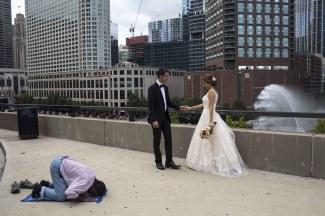 Hossein Fatemi pour Panos Pictures et World Press Photo - Projets au long cours second prix - New York. Un chauffeur de taxi musulman prie tandis que Tara et Souroush, deux étudiants iraniens, posent pour leur photo de mariage
