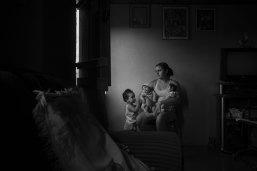 Lalo de Almeida pour Folha de Sao Paulo - 2ème prix des sujets contemporains - Bresil Marcela, deux ans observe ses petites soeurs qui souffrent de microencéphalie causée par le virus Zika