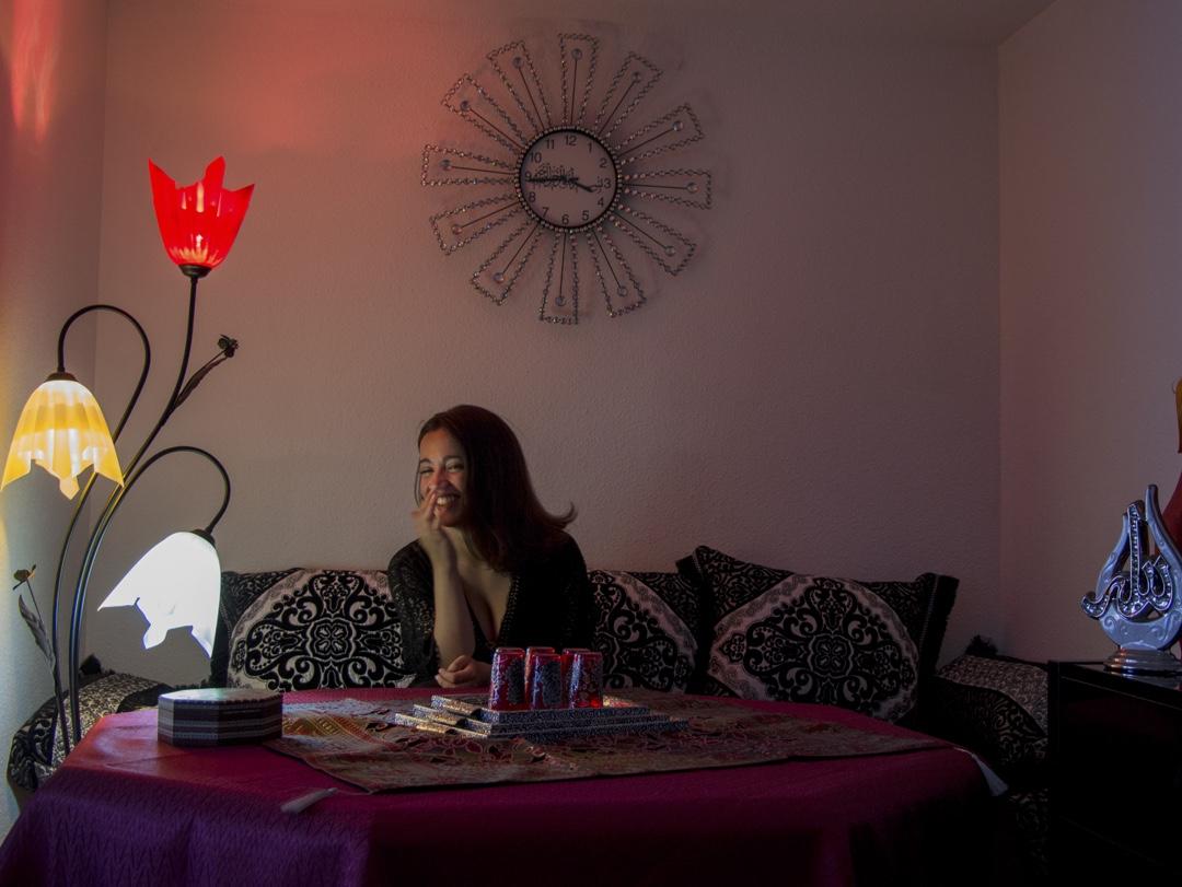 Selma, fille d'un immigré algérien et d'une immigrée marocaine, 21 ans, étudiante en droit: «Accueillir un peuple en difficulté et lui apporter une aide constitue précisément l'une des caractéristiques de notre démocratie. Que la France, comme d'autres pays européens, offre une grande générosité à ces personnes, c'est ce qui contribue à la beauté de notre nation».