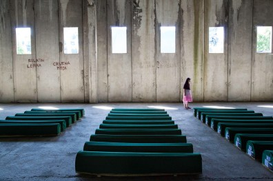"Les dépouilles mortelles de 136 hommes seront inhumées le jour du 20e anniversaire du massacre de Srebrenica. Potočari, Bosnie-Herzégovine, 10 juillet 2015. © Amy Toensing / National Geographic Magazine / National Geographic Creative The remains of 136 men to be buried on the 20th anniversary of the Srebrenica massacre. Potočari, Bosnia and Herzegovina, July 10, 2015. © Amy Toensing / National Geographic Magazine / National Geographic Creative Photo libre de droit uniquement dans le cadre de la promotion de la 29e édition du Festival International du Photojournalisme ""Visa pour l'Image - Perpignan"" 2017 au format 1/4 de page maximum. 