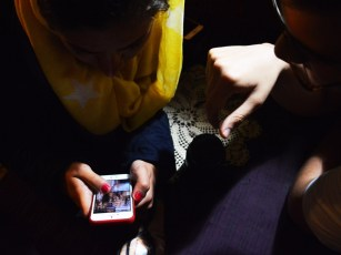 De jeunes Iraniens profite d'un réseau VPN (réseau pirate) pour consulter les images d'une star du X sur leur téléphone
