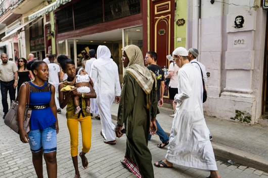 "Les convertis à l'islam de Cuba passent beaucoup de temps ensemble. Ils portent les vêtements traditionnels des pays musulmans et adoptent les attitudes que les étudiants en médecine pakistanais leur ont enseignées. Les garçons se déplacent souvent en bande et ne saluent plus les femmes que de loin. La Havane, Cuba. © Sarah Caron pour Le Figaro Magazine Muslim converts in Cuba stay together most of the time, wear traditional Muslim attire and have adopted ideas taught to them by Pakistani medical students. The boys usually hang around in groups, and only greet women if they are a long way off. Havana, Cuba. © Sarah Caron for Le Figaro Magazine Photo libre de droit uniquement dans le cadre de la promotion de la 29e édition du Festival International du Photojournalisme ""Visa pour l'Image - Perpignan"" 2017 au format 1/4 de page maximum. 