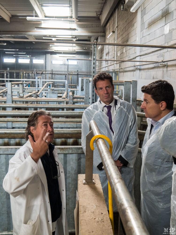 Geoffroy Roux de Bézieux et Alexis Melidonis découvrent le process de transformation de la viande